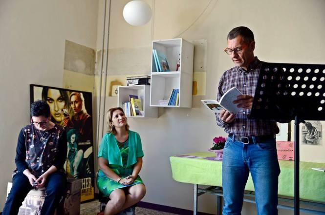 Federica Galetto, Simonetta Sambiase e Stefano Colletti mentre legge un suo testo (Foto Stefania Vassura)