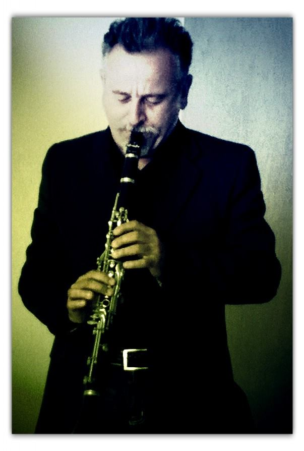 Il muiscista Claudio Ubertosi mentre suona per noi