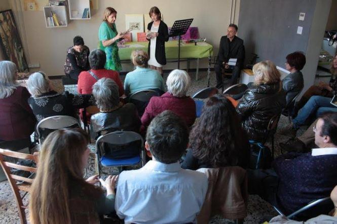 Il pubblico ascolta Liliana Zinetti leggere alcuni suoi testi. Simonetta Sambiase presenta l'Autrice (Foto Gabriella Gianfelici)