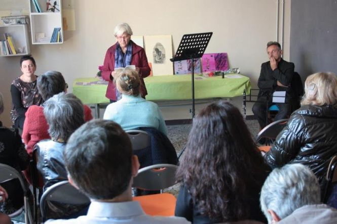 Fabia Ghenzovich legge al pubblico attento (Foto di Claudio Neri)