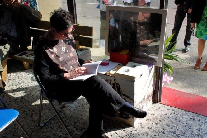 Federica Galetto al tavolino delle pubblicazioni, info e tesseramenti (Foto di Claudio Neri)
